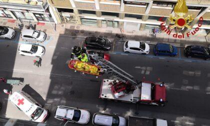 Si sente male in un appartamento al sesto piano, anziano salvato dall'autoscala dei Vigili del fuoco