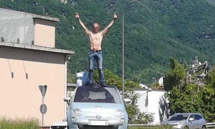 """Sopra l'auto a petto nudo: """"Questo è il centro del mondo"""""""