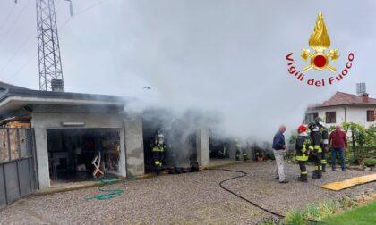 Box in fiamme, intervengono i Vigili del fuoco