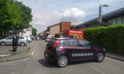 Uomo barricato in casa a Nova Milanese: salve moglie e figlia. Ma il 55enne ha sparato tre colpi