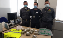 Dieci panetti di marijuana nel vano dell'auto scovati dal fiuto di Napoleon: arrestati due albanesi al confine