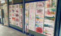Municipio tappezzato dai disegni: i bimbi della materna colorano di bellezza il paese