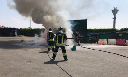 Furgone prende fuoco in discarica a Turate