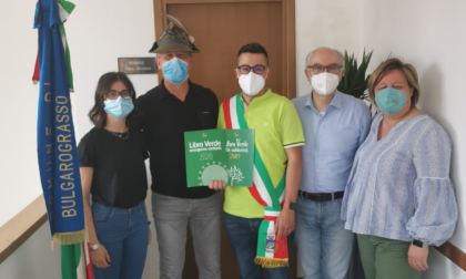 Gli Alpini consegnano i libri della solidarietà dell'emergenza Covid all'Amministrazione comunale