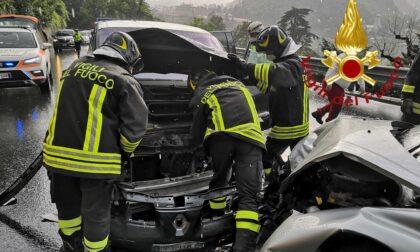 Frontale tra due auto, un ferito estratto dalle lamiere