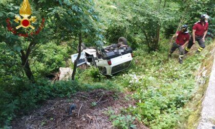 Finisce fuori strada con l'auto: illeso 80enne