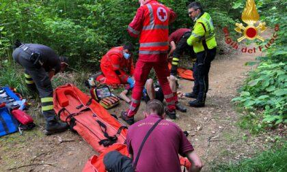 Cade nei boschi e si frattura un braccio