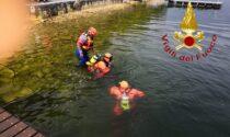 Si tuffa da un pontile e non riemerge: turista annega nel lago