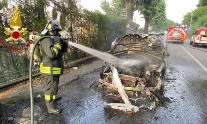Incendio auto a Como