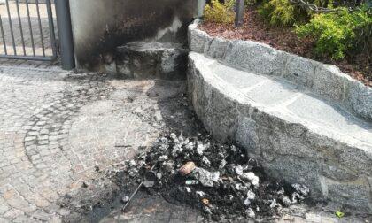 Vandalismo a Grandate: incendiati i sacchi neri fuori della scuola media