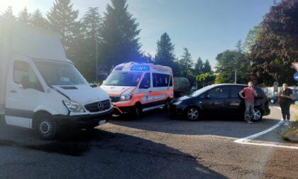 Auto contro camion, coinvolte tre persone