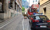Paura a Lecco: lastra di 40 chili si stacca da un palazzo e colpisce un passante
