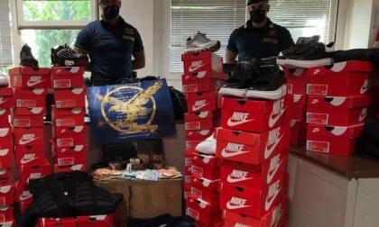 Aveva un bazar del falso in casa: sequestrati 200 capi d'abbigliamento e accessori di noti brand