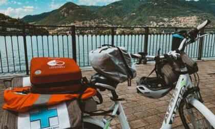 Pedala e soccorri, al via il progetto di Croce Azzurra: nei weekend due soccorritori in bici in centro e sul lungolago