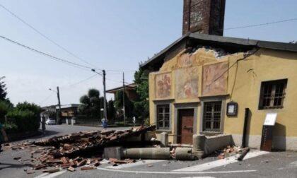 Disastro: camion in manovra rade al suolo il portico della chiesetta