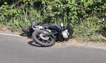 Apre la portiera del furgone e fa cadere il motociclista