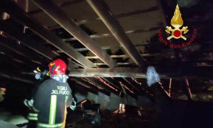 Fulmine su una casa, tetto scoperchiato evacuata la famiglia e il cane