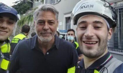 George Clooney dai volontari della protezione civile per ringraziarli personalmente