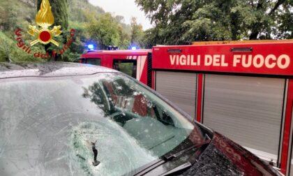 Sasso si stacca dalla parete rocciosa e colpisce un'auto: paura per tre ragazze, fortunatamente illese