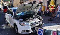 Incidente in via Milano: 82enne finisce con l'auto contro un parcometro