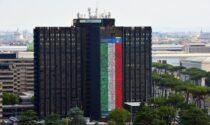 Maxi bandiera di Poste Italiane per tifare Italia: presenti anche tre dipendenti comaschi