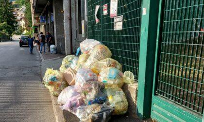 La spazzatura invade i marciapiedi e a Ponte Chiasso le persone sono costrette a camminare in strada