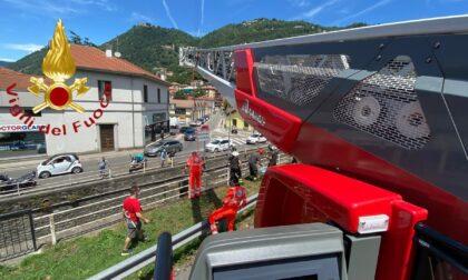 Incidente in via Castelnuovo: giovane in bici precipita nel letto del Cosia