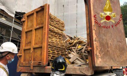 Infortunio sul lavoro a Como: autista cade dal container, è grave