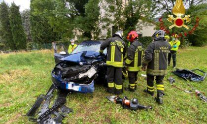 Incidente a Erba: una persona estratta dalle lamiere dell'auto distrutta