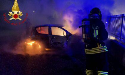 Auto in fiamme a Carugo SIRENE DI NOTTE