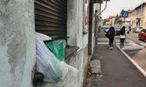 Via Varesina, ancora rifiuti abbandonati: divelto il cestino alla fermata del bus