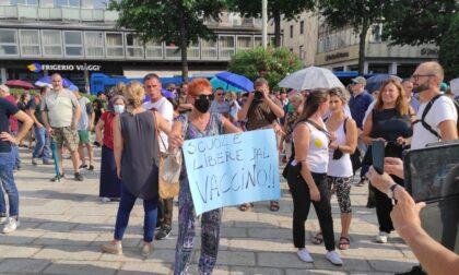 Manifestazione non autorizzata contro il Green Pass a Como: più di 500 in corteo da piazza Cavour a piazza Duomo
