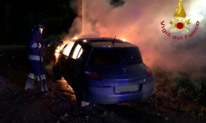 Finisce contro un palo della luce e l'auto prende fuoco: ferito un 25enne