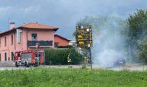 Auto in fiamme a bordo strada a Villa Guardia: intervento dei Vigili del Fuoco