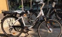"""Aprono il box e rubano due bici elettriche. I proprietari: """"Pronti a dare una ricompensa a chi ci aiuta a recuperarle"""""""