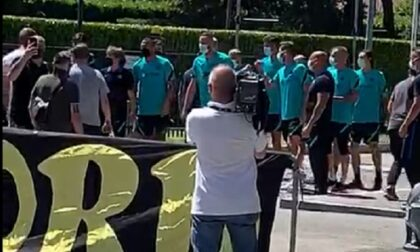 Raduno dell'Inter alla Pinetina: tanti tifosi fuori, la squadra esce a salutarli