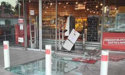 Spaccata al Carrefour di Lazzago: sradicano il bancomat agganciandolo a un furgone