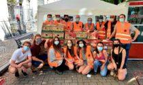 Supporto Attivo Como, in vista dello sfratto consegna i pacchi alimentari davanti al Comune