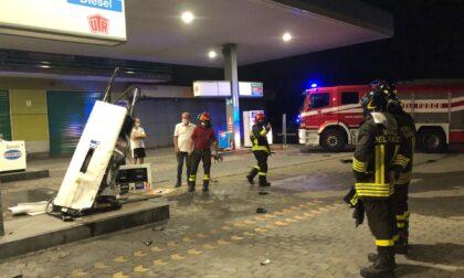 Incidente sulla Briantea: auto finisce fuori strada e travolge la pompa di gasolio