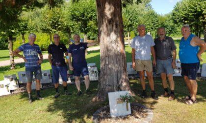 Alpini solidali, ripulite le lapidi dedicate ai Caduti