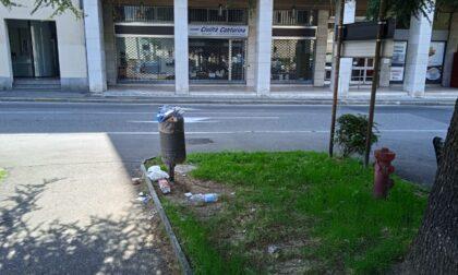 Degrado a Cantù: cestino della spazzatura stracolmo