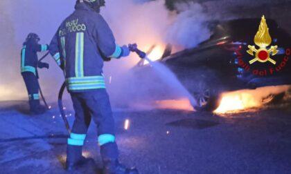 Auto in fiamme a Vertemate con Minoprio: due squadre di pompieri per spegnere il rogo