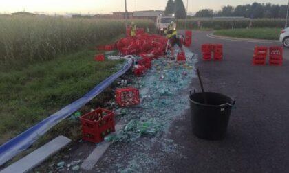 Tir perde il carico a Turate: strada invasa da bottiglie di vetro