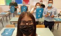 Il Comune di Bulgarograsso consegna agli studenti uno zaino e un libro