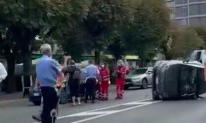 Auto si ribalta in viale Fratelli Rosselli a Como