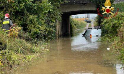 Maltempo nel Comasco: auto bloccata in un sottopasso