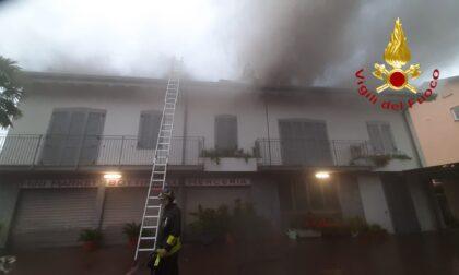 Fulmine incendia un tetto
