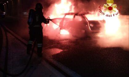 Auto in fiamme all'ingresso dell'autostrada a Fino Mornasco