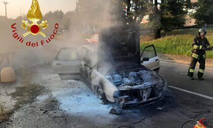 Auto in fiamme, Vigili del fuoco in via del Lavoro