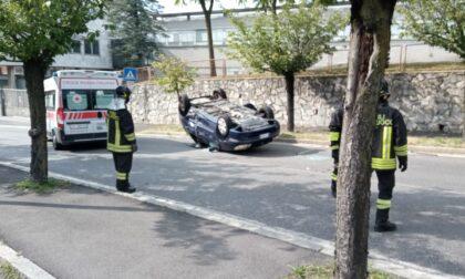 Incidente tra due auto, una si ribalta
